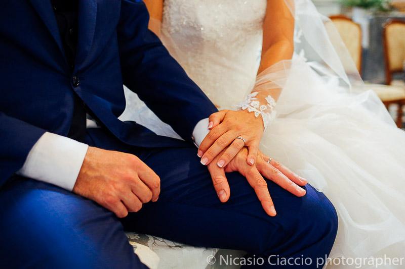 dettaglio delle mani sposi