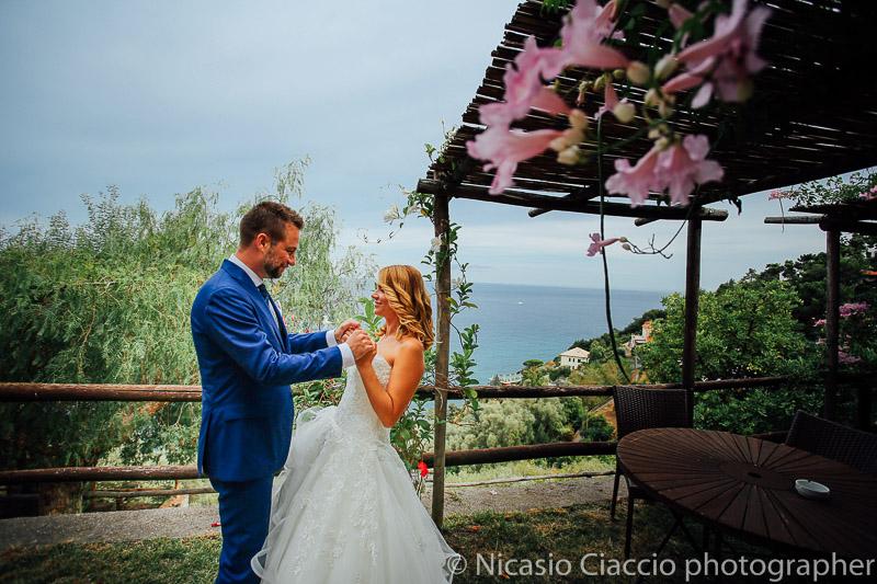 sposi con sfondo sul mare