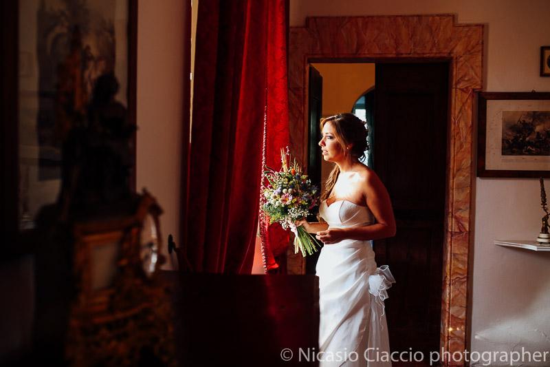 Ritatto sposa in attesa poco prima delle nozze