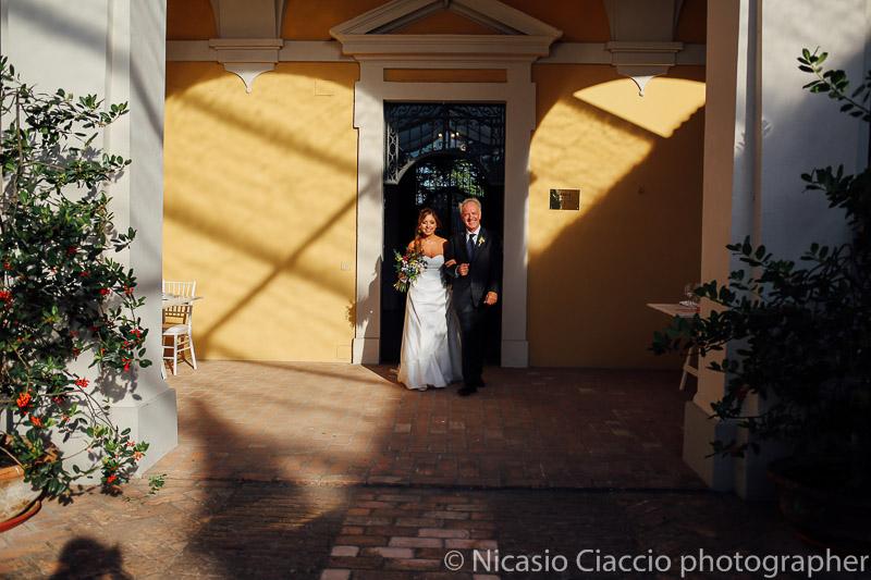Sposa e padre si avviano verso l'altare