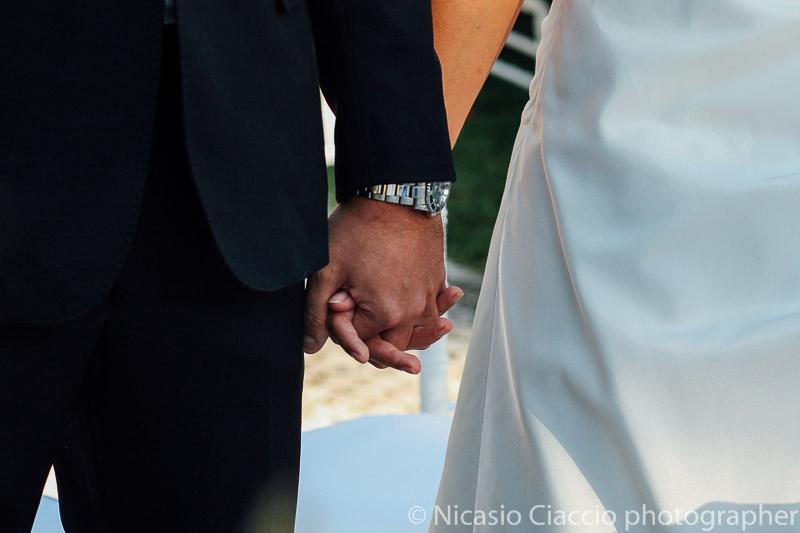 dettaglio mani sposi