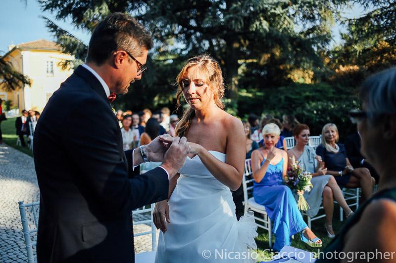 Scambio anelli cerimonia presso tenuta pegazzera