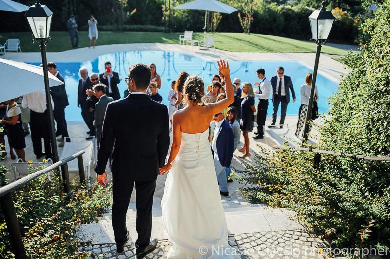 Sposi intrattengono invitati presso piscina della tenuta pegazzera casteggio pavia