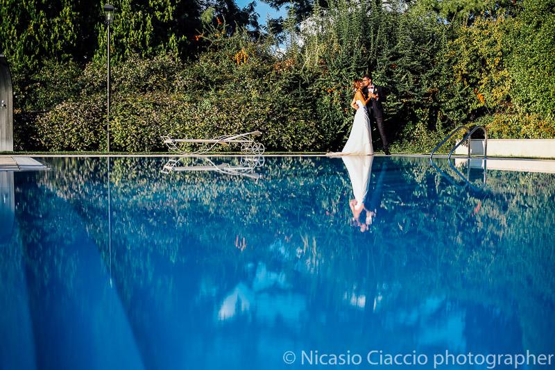 Ritratto sposi presso piscina tenuta pegazera