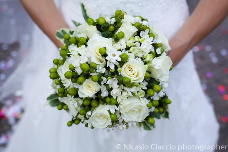 Bouquet Sposa rose bianche e gemme verdi
