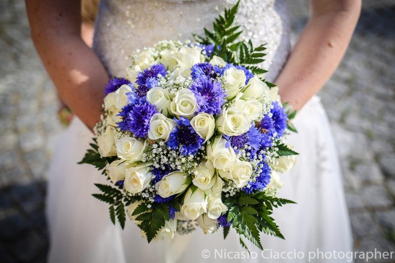Bouquet Sposa con Cyanus blue e rose bianche