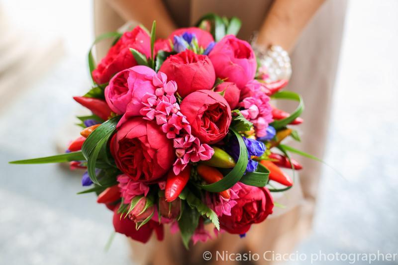 Bouquet Sposa rose pomponella rosse e peperoncini