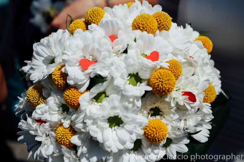 Bouquet Sposa Bellis Perennis Gialli e fierellini bianchi