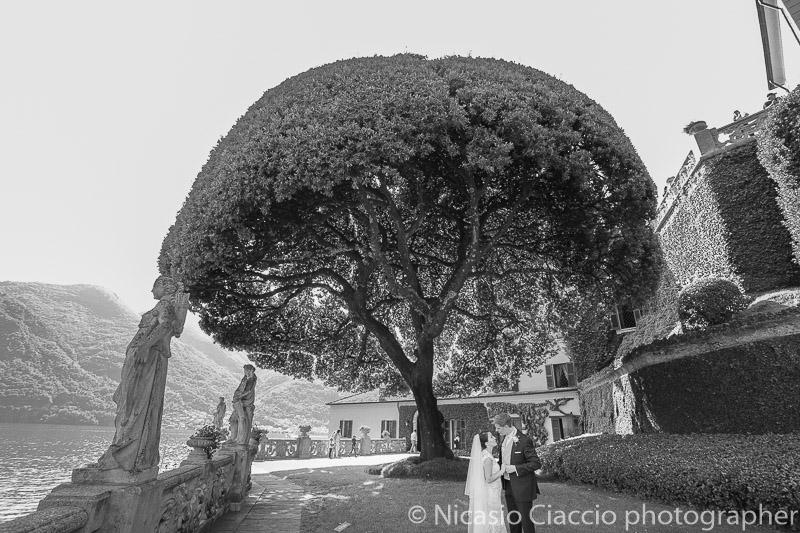 Sposi nel giardino di villa del Balbianello - Matrimonio Lago di Como (17)