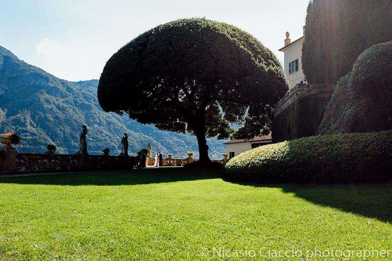 Sposi nel giardino Villa del Balbianello Matrimonio Lago di Como (21)