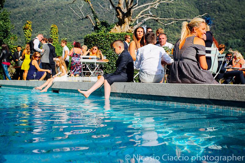 Invitati sulla piscina di villa Regina Teodolinda - Matrimonio Lago di Como (26)