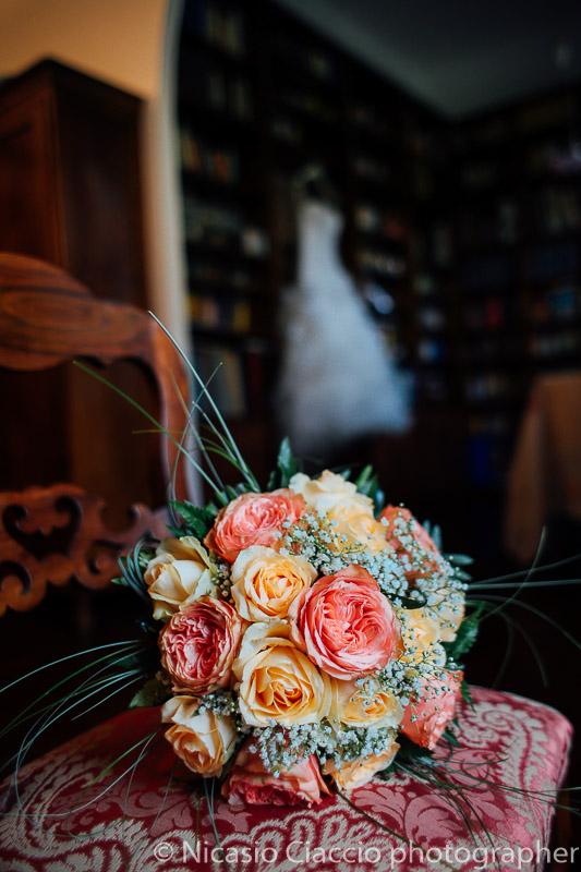 Dettaglio bouquet, vestito da sposa dietro, fotografo milano
