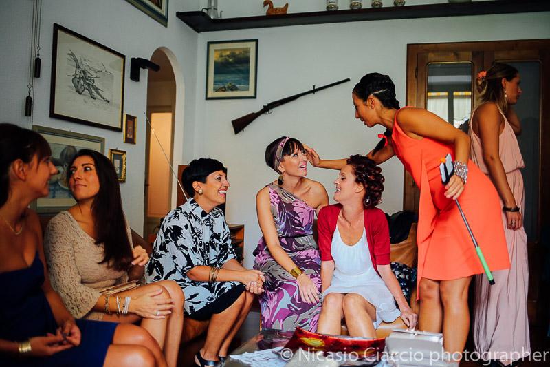 Amiche della sposa festeggiano prima delle nozze