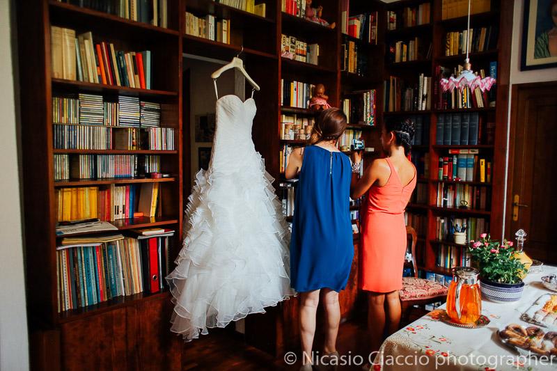 Amiche ammirano il vestito della sposa
