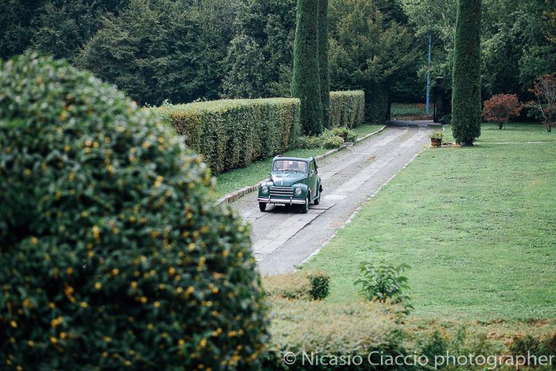 Sposa arriva al castello cernusco lombardone sulla Fiat 500 C Trasformabile degli anni 50.
