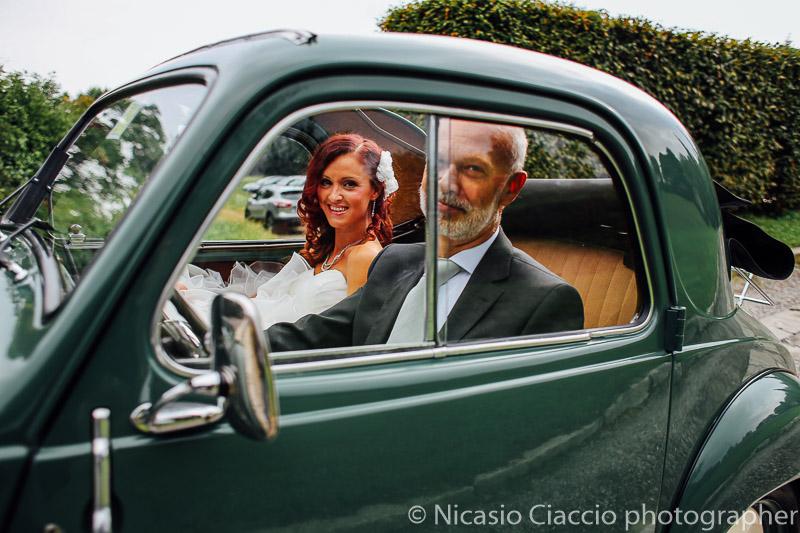 Arrivo della sposa al castello sulla La Fiat 500 C Trasformabile