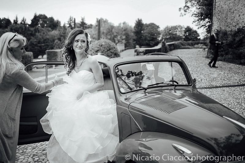 matrimonio castello cernusco lombardone sposa si commuove mentre scende dalla La Fiat 500 C Trasformabile degli anni 50.
