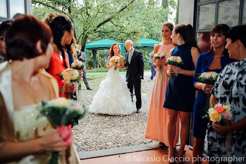 Sposa qualche istante prima dell'ingresso al castello