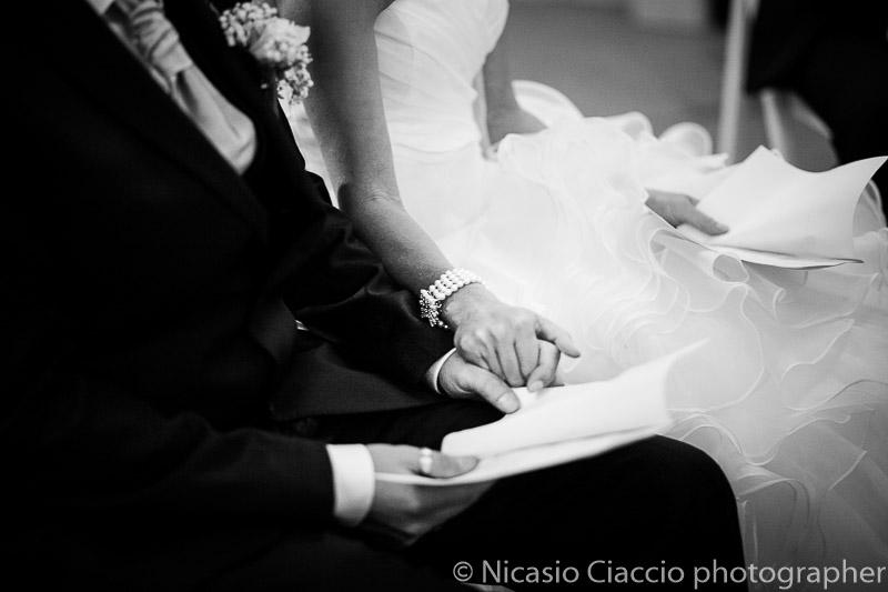 dettaglio mani sposi durante la celebrazione