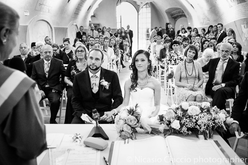 sposi durante la celebrazione delle nozze all'interno del castello di Cernusco Lombardone
