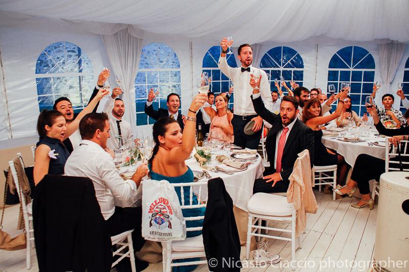 invitati brindano con gli sposi