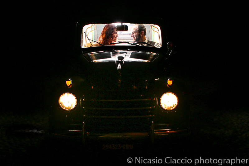 matrimonio castello cernusco lombardone sposi sulla La Fiat 500 C Trasformabile degli anni 50.