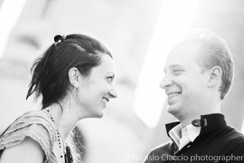 Foto in bianco e nero di due fidanzati sorridenti