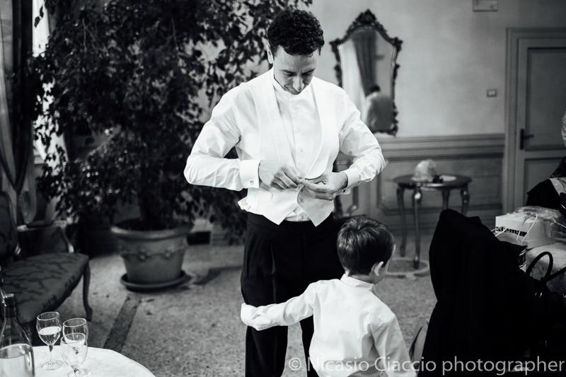 Preparazione sposo.Foto matrimonio villa cavenago (002)