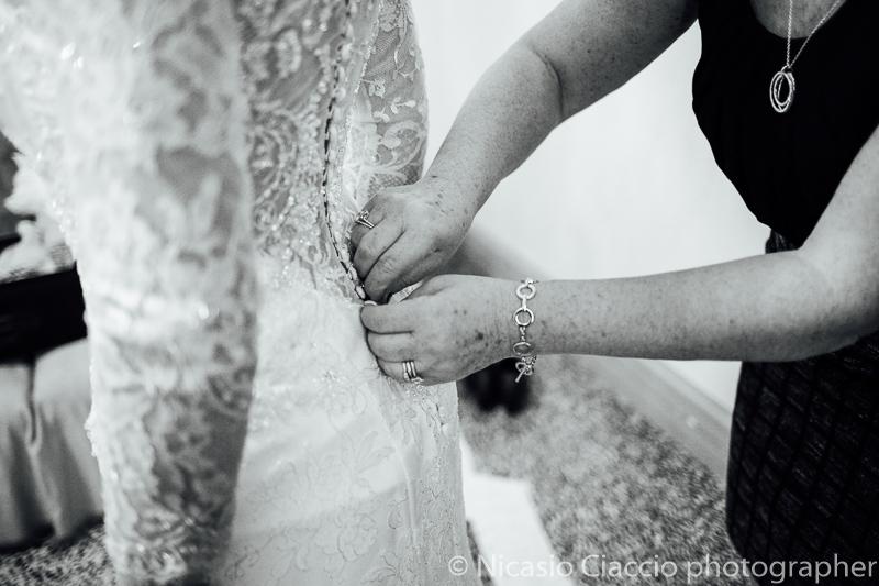 Preparazione sposa particolare vestito.Foto matrimonio villa cavenago (003)