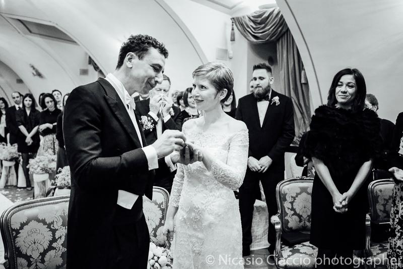 Scambio anelli sposi. Foto matrimonio villa cavenago (008)