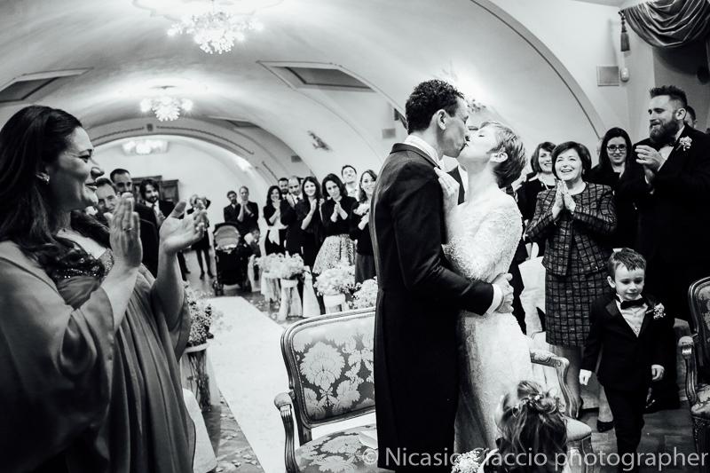 Bacio sposi.Foto matrimonio villa Cavenago (009)