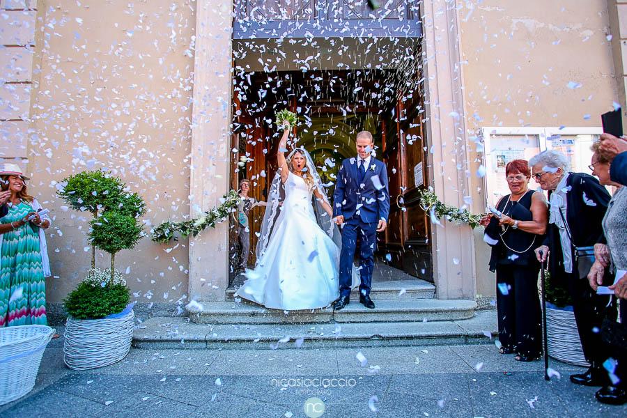 fuori dalla chiesa sposi, coriandoli