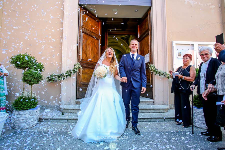 sorriso sposi fuori dalla chiesa