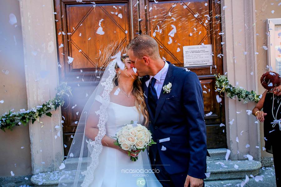 bacio sposi fuori dalla chiesa di Segrate