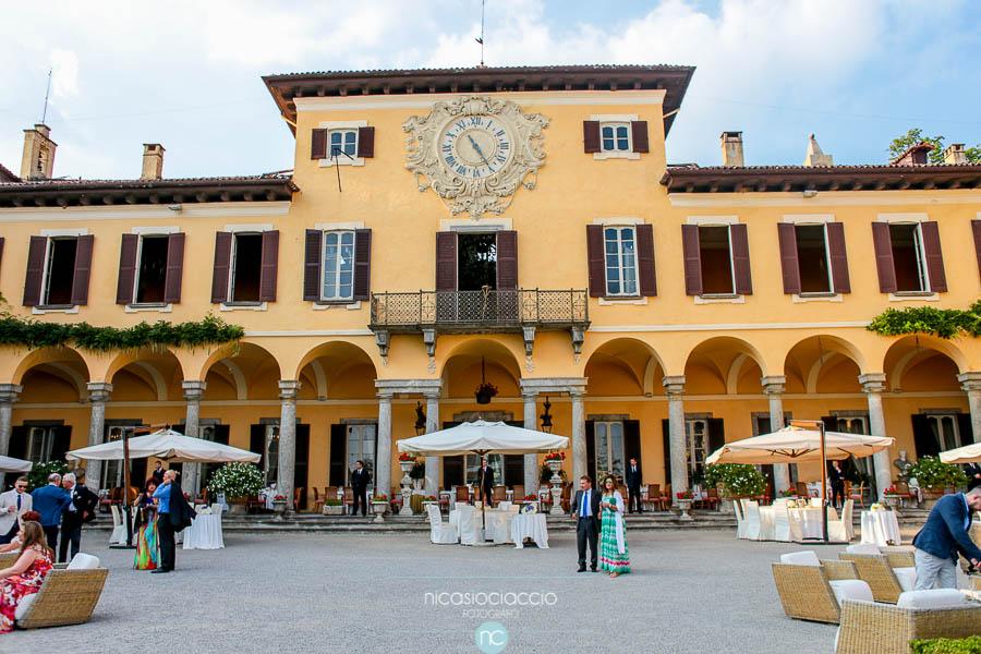 Foto di Matrimonio a villa Orsini colonna allestimento dei tavoli nel giardino interno