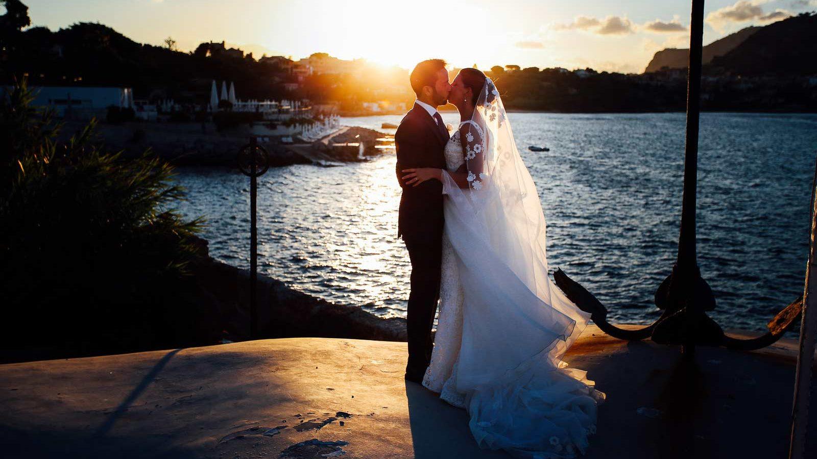 sposi-tramonto-mare